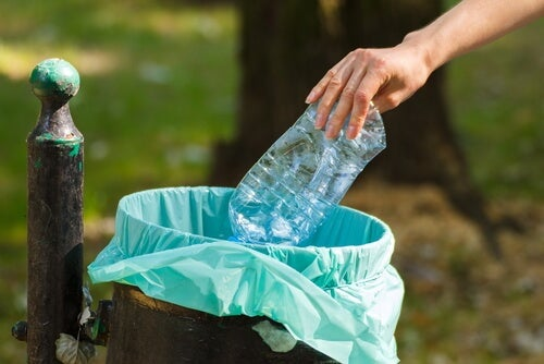 mujer tirando plástico