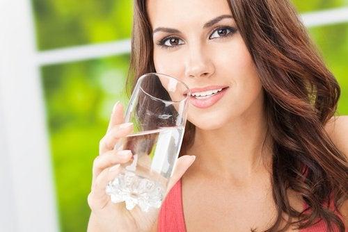 mujer con vaso de agua
