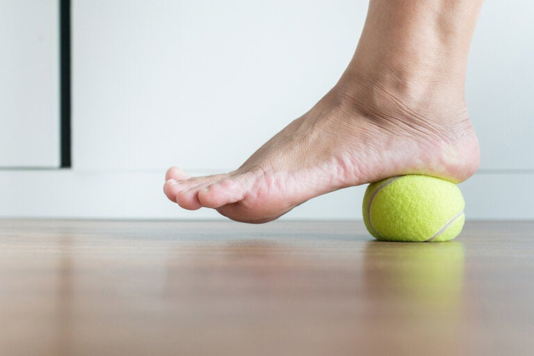 Cómo calmar la fascitis plantar con una pelota de tenis