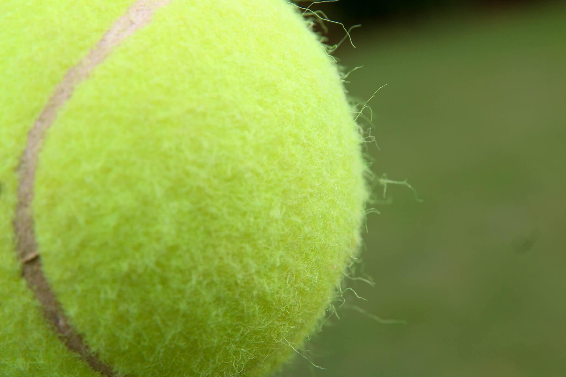 Pelota de tenis para aliviar la fascitis plantar
