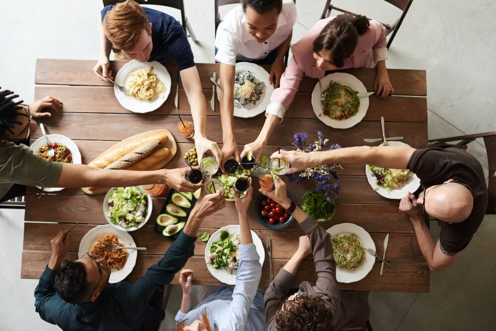 Personas almorzando.