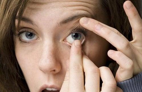 quitar lente de contacto