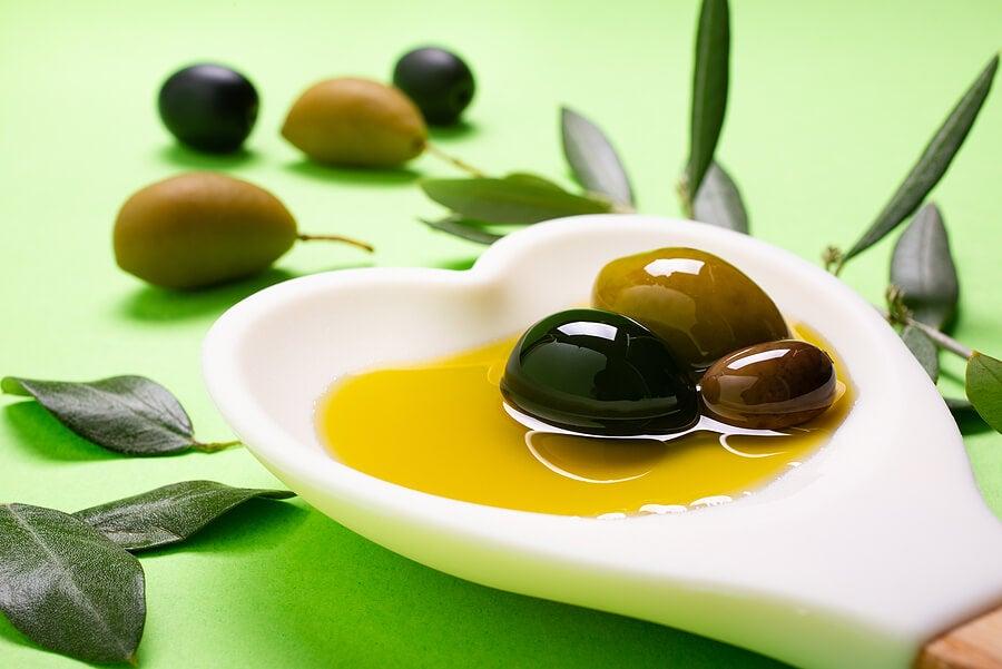 El aceite de oliva es una grasa buena para el corazón.