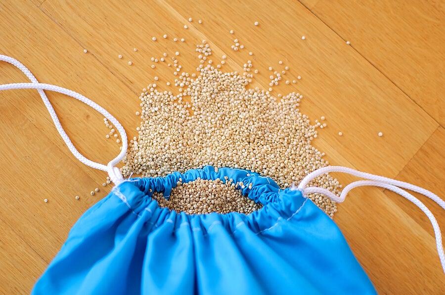 Saquito de semillas color azul.