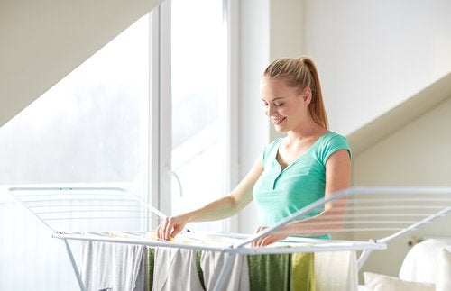 Secar la ropa en un tendedero dentro de casa
