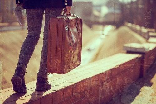Persona con maleta.
