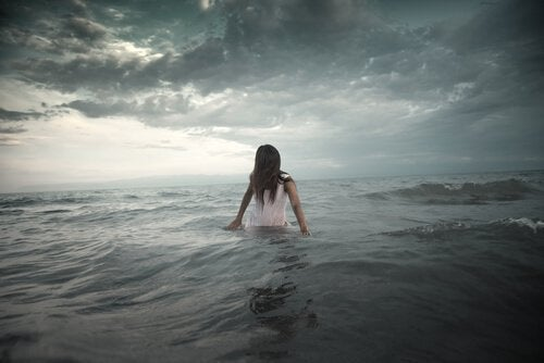 Mulher em mar agitado