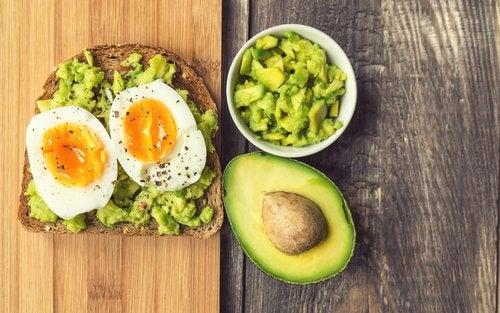 tostada con aguacate y huevo para el hígado