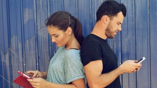 pareja-redes-sociales