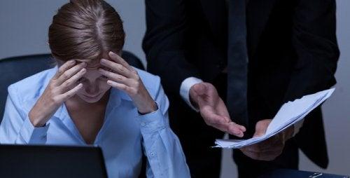 jefe-regañando-a-su-empleada