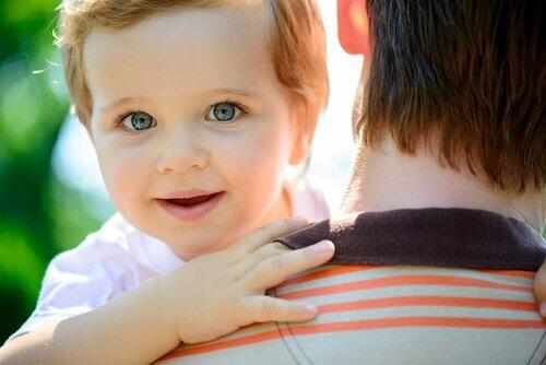 Bebé-cogido-en-brazos-por-su-padre