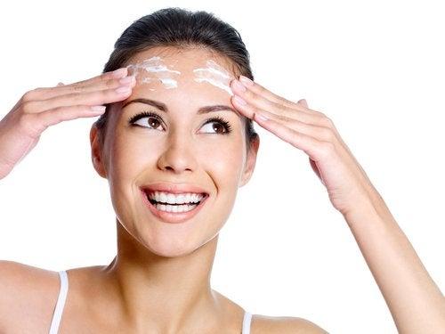 Cómo debe ser un buen limpiador facial