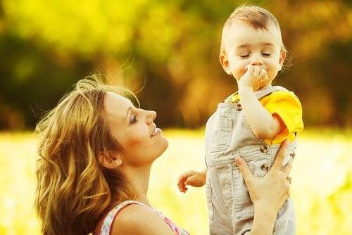 Madre-sujetando-a-su-hijo