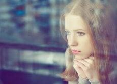 Mujer-mirando-a-través-del-cristal