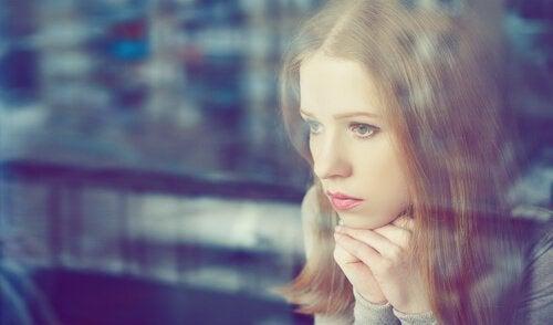 Mujer mirando a través del cristal
