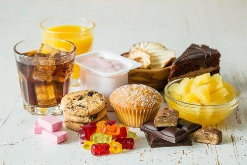 Zumo, refresco de cola, magdalena, gominolas y otros alimentos ricos en fructosa