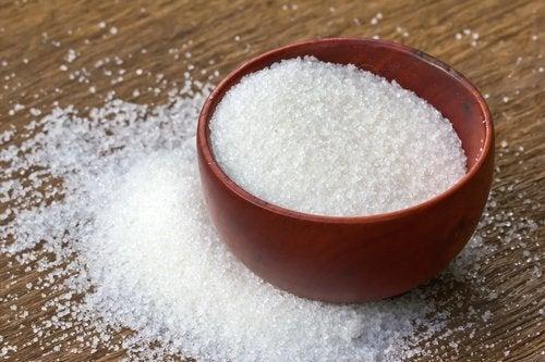 Cuenco con azúcar blanco de uso común, rico en fructosa