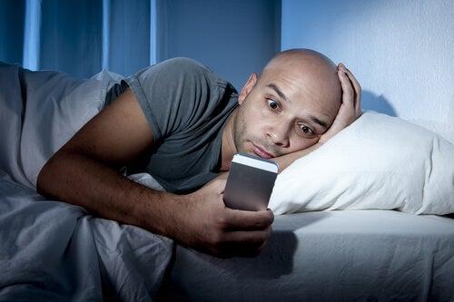 El móvil ocasiona insomnio