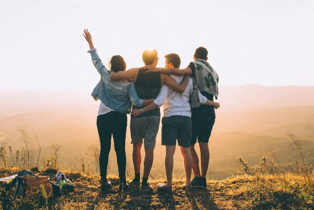 Abrazo grupal entre amigos.