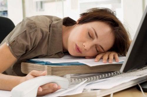 Mujer dormida en el trabajo.