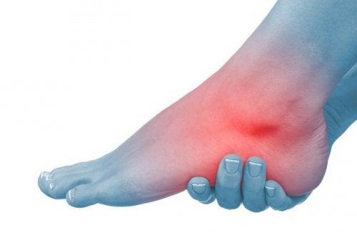 dolor en las rodillas y pies hinchados