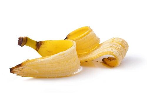 Cáscara de plátano para eliminar las verrugas de los dedos