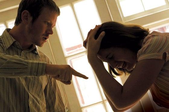Hombre discutiendo con su mujer por celos