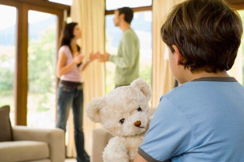 Los padres separados hablan mal el uno del otro y el niño sufre las consecuencias
