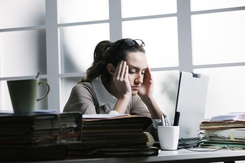 empresaria con dolor de cabeza por estrés