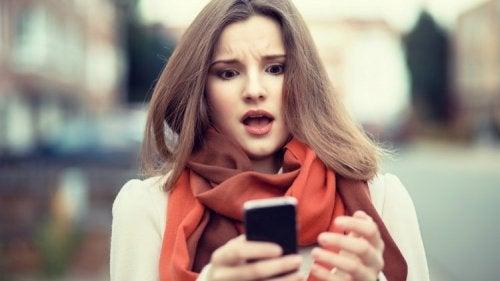 mujer-sorprendiéndose-con-su-teléfono
