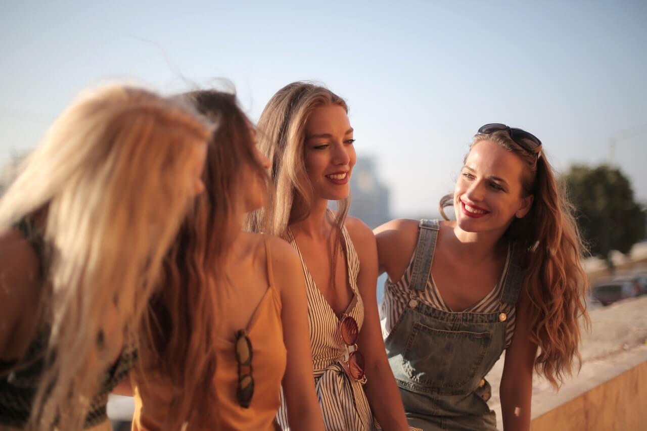 Grupo de amigas sonriendo.