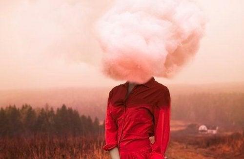 Mujer con una nube en la cabeza