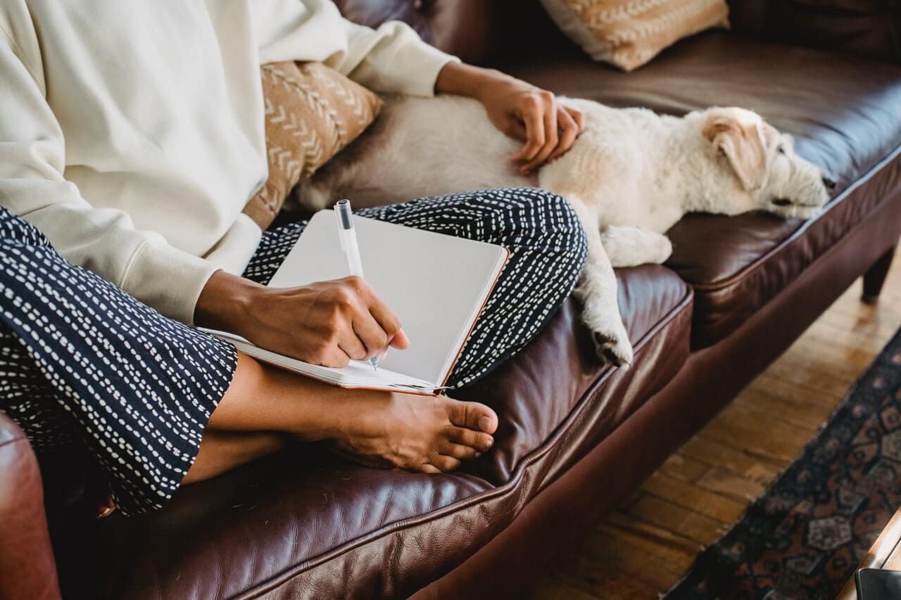 Mujer escribiendo lista de prioridades.