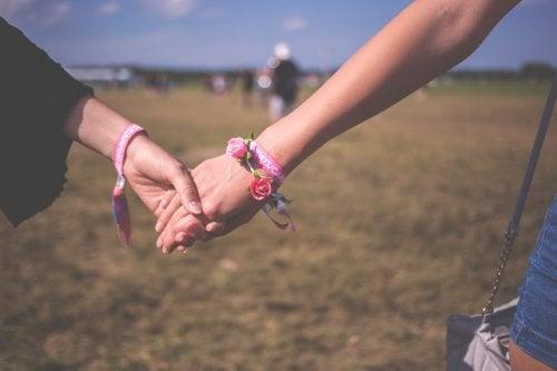 pareja-de-la-mano, gustar más a las personas