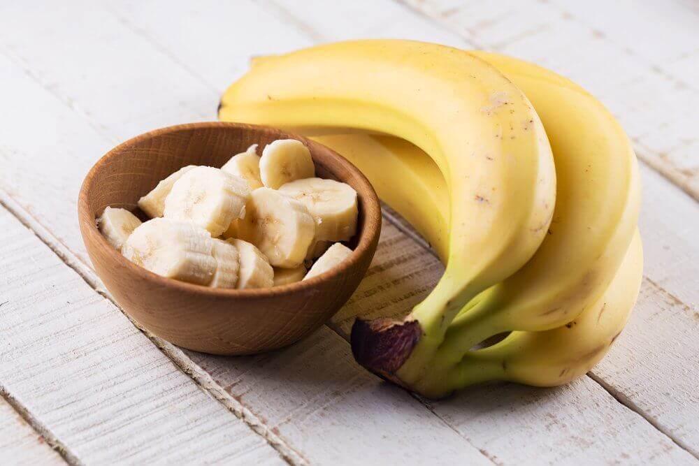 Plátanos enteros y picados en un bol