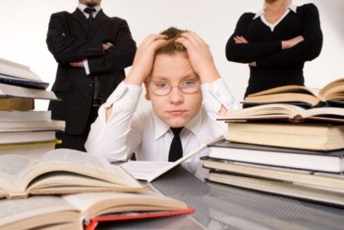 Niño angustiado lleno de libros: Educación en casa