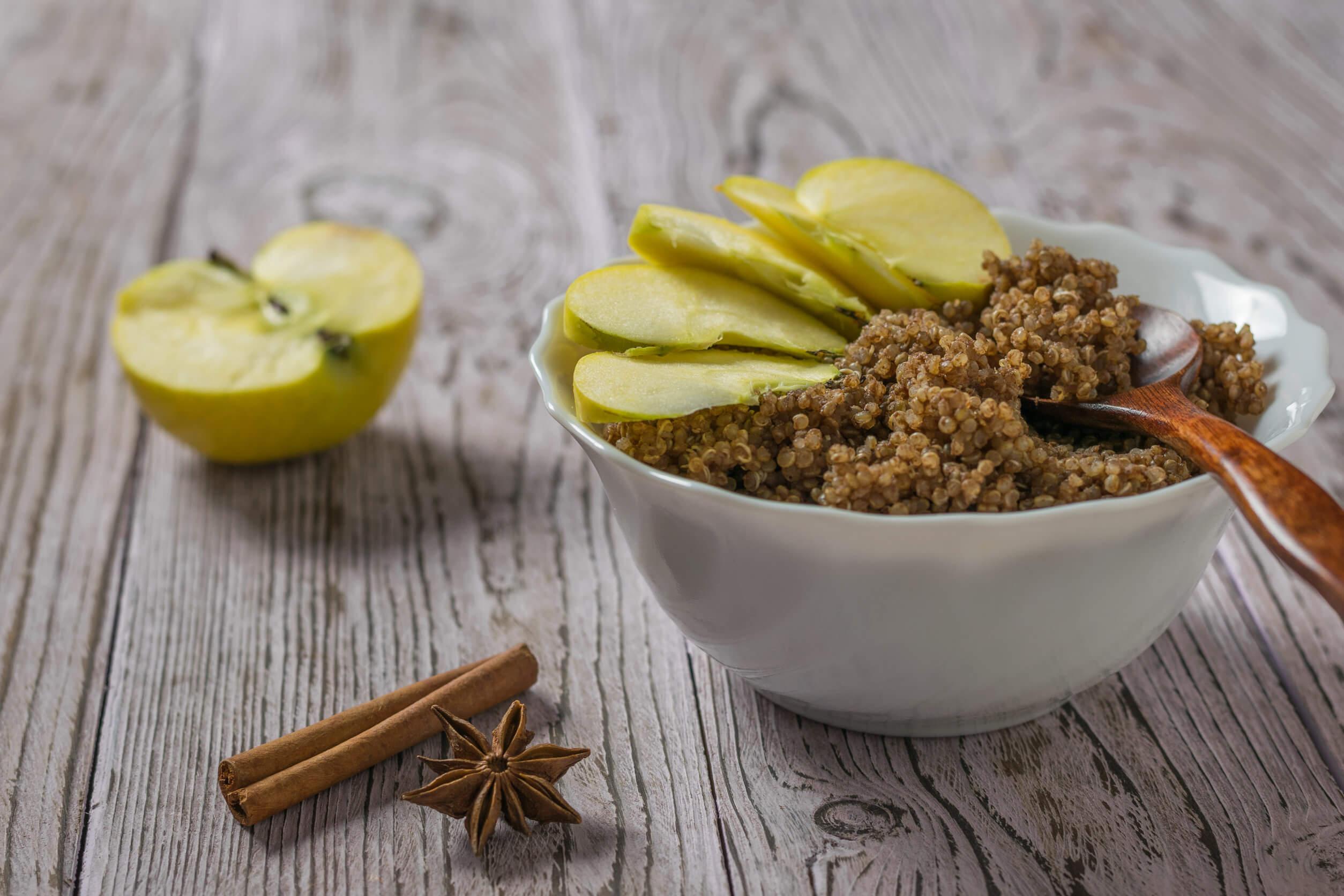 Beneficios de tomar quinoa con manzana y canela en tu desayuno