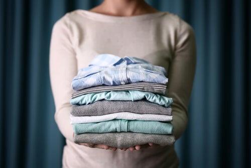 Lavar la ropa con productos naturales es beneficioso.