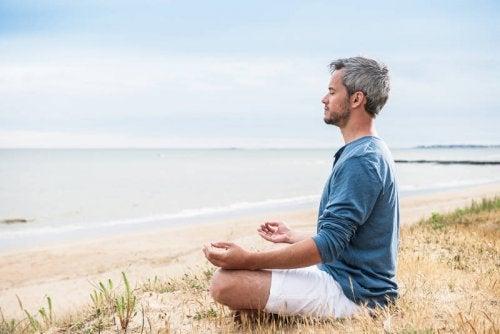 hombre practicando yoga para combatir la ansiedad