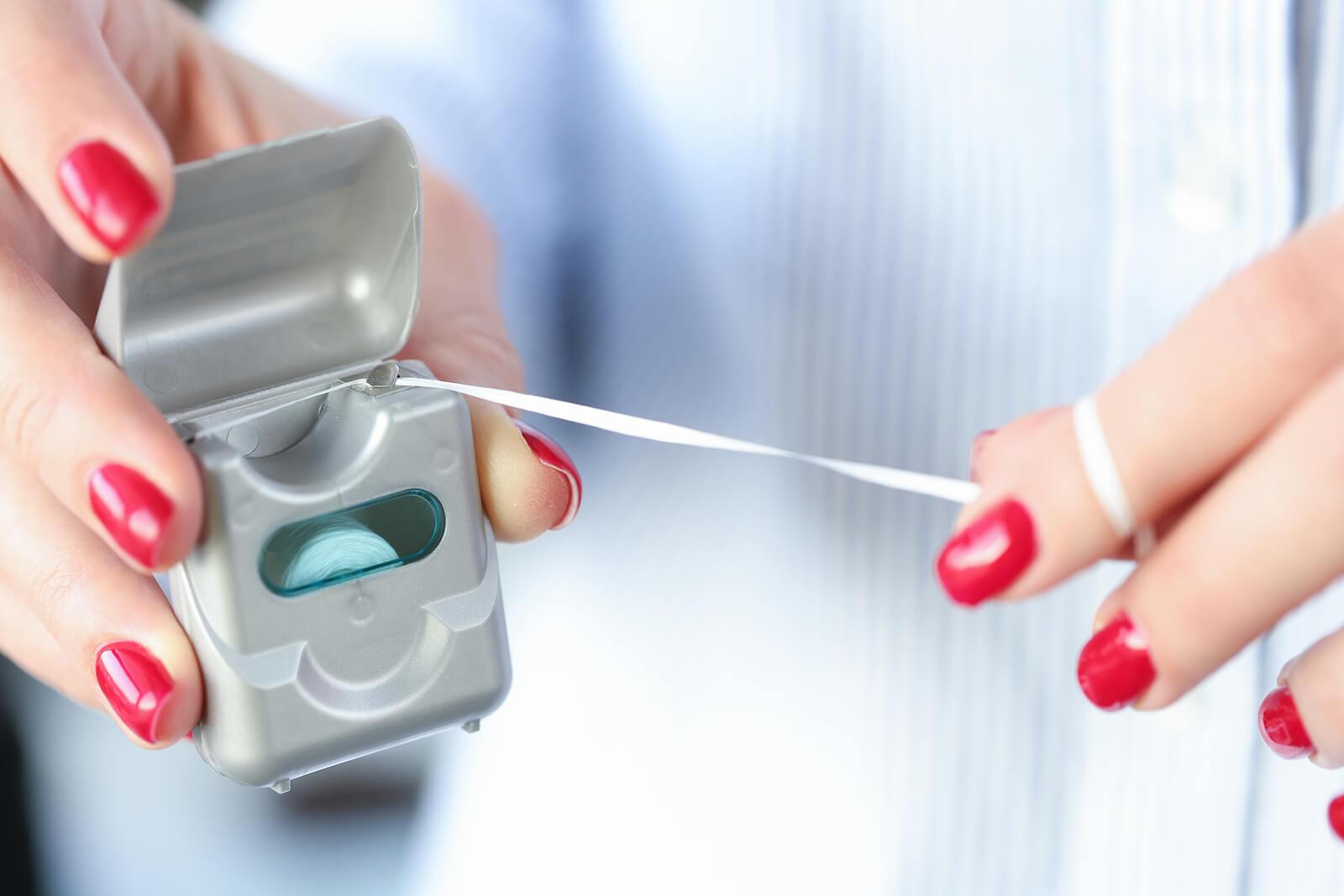 Cómo usar hilo dental correctamente.