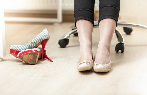 Usar zapatos cómodos puede ayudar a reducir o evitar el dolor de varices