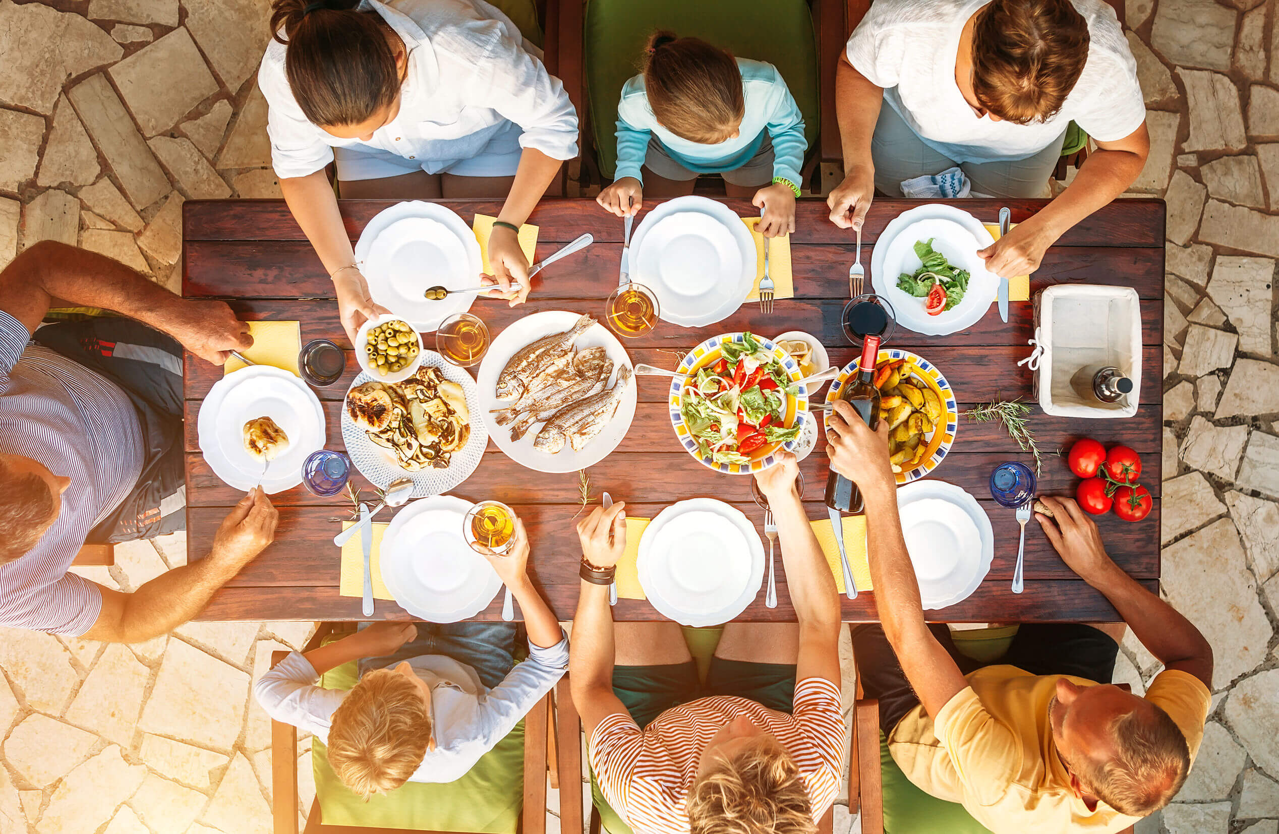 Las familias felices suelen reunirse para comer.