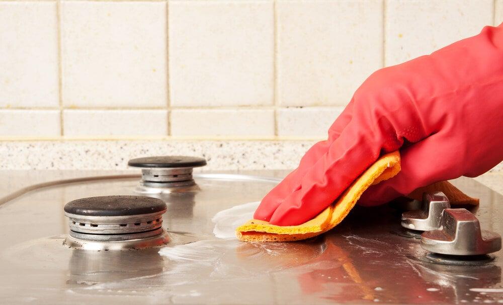 6 trucos sencillos para limpiar la cocina mejor con salud - Como limpiar muebles de madera de cocina ...