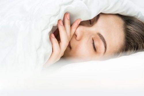 ¿Abrigarse o poner mantas? Cómo dormir cuando hace frío