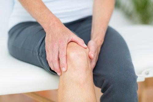 Dolor articular en la rodilla.