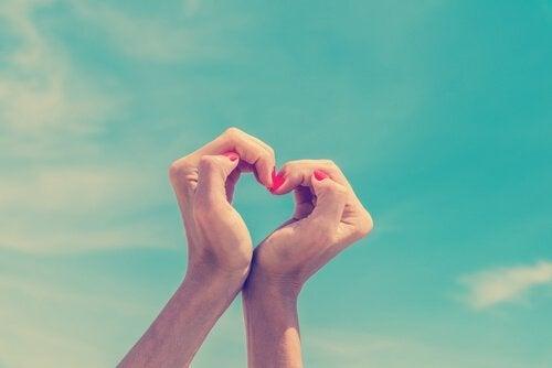 Manos-haciendo-un-corazón
