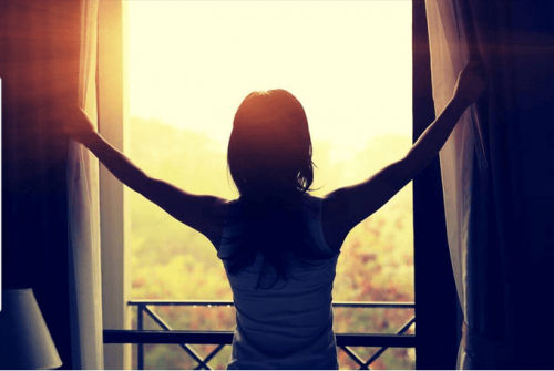 Mujer-abriendo-ventana-cuando-sale-el-sol