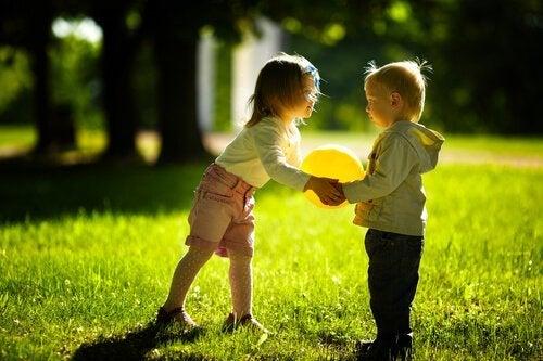 Niños-jugando-con-un-balón