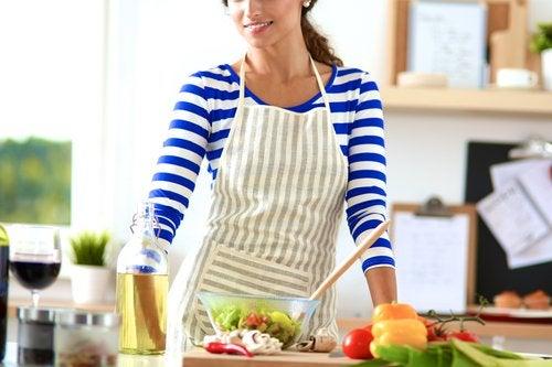 Mujer en la cocina preparando verduras como consecuencia de su ortorexia
