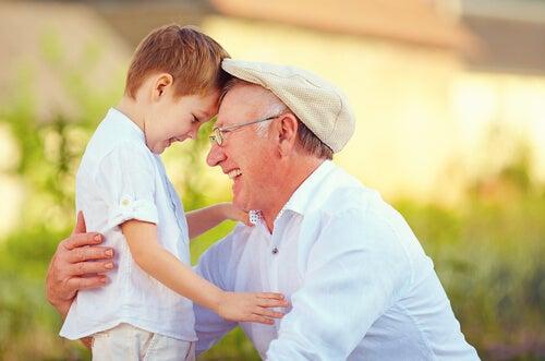 abuelo-y-nieto-riendo-juntos